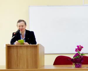 Деканът на Филологическия факултет доц. д.ф.н. Константин Куцаров поздравява участниците