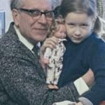 Дмитрий Сергеевич Лихачев с внучкой Зиной. 1971.